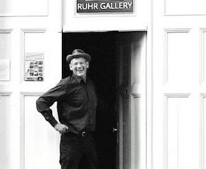 Aliv Franz vor der Ruhr-Gallery-Mülheim im KunstQuartier.Ruhr fotografiert vom Buchautor Jo Ziegler (Ruhrpottdschungel, Solokowski...)