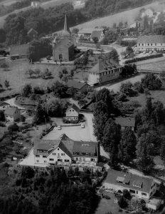 honrath_um-1980_u-a-mit_alte-schule-und_ehemaligen_hotel-restaurant_haus-am-berg-fam-moencks