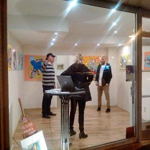 Blick durchs Schaufenster der Galerie.456 - fotografiert von Simon Bogner