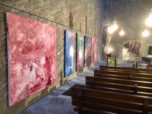 """Blick in die Ausstellung """"WAS WIEGT KUNST"""" in der Kulturkirche Köln Ost zusammen mit Ati von Gallwitz und Manfred Dahmen"""